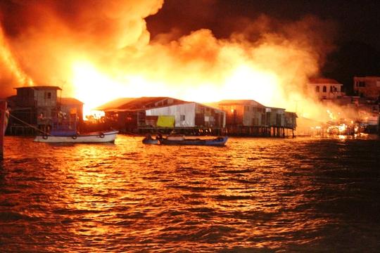 Vụ cháy kinh hoàng, thiêu rụi 79 căn nhà