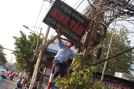 Cũng trên đường Hồ Học Lãm, người dân tự nguyện phá dỡ các chậu cây cảnh trả lại vỉa hè thông thoáng.