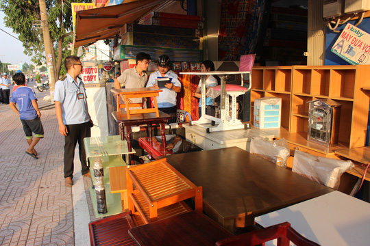 Trên đường Kinh Dương Vương, một cửa hàng nội thất bày hàng hóa lấn ra vỉa hè. Chủ cửa hàng cho biết: Chúng tôi tưởng vỉa hè phía trong vạch trắng được sử dụng nên tận dụng làm nơi bày hàng hóa chứ không cố tình lấn chiếm.