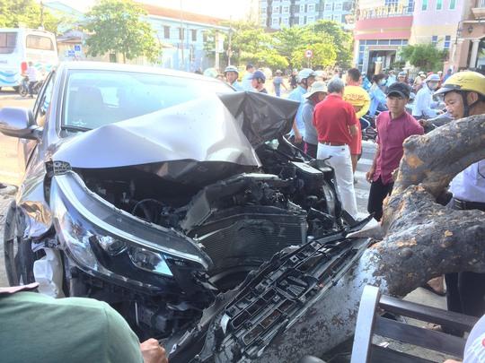 """Xe """"điên"""" gây tai nạn liên hoàn ở Nha Trang"""