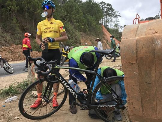 Đứt sên giữa đèo, Loic mất Áo vàng Giải xe đạp VTV - Ảnh 5.
