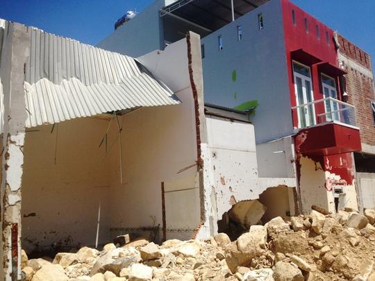 Mương thoát lũ Tây Đường Đệ bị bể và nhà dân vẫn còn ngổn ngang đất đá ngày 21-3