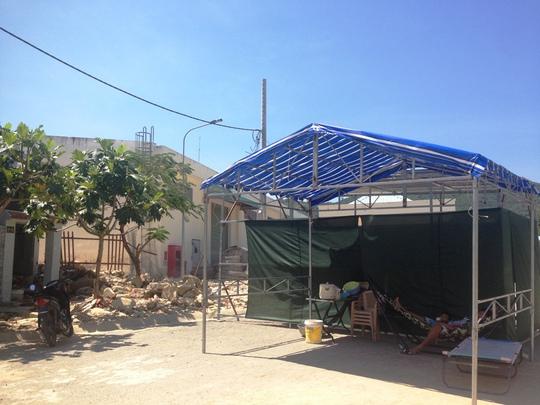 Người dân dựng lều giữa đường Ngô Văn Sở, trước nhà cũ bị đá vùi lấp