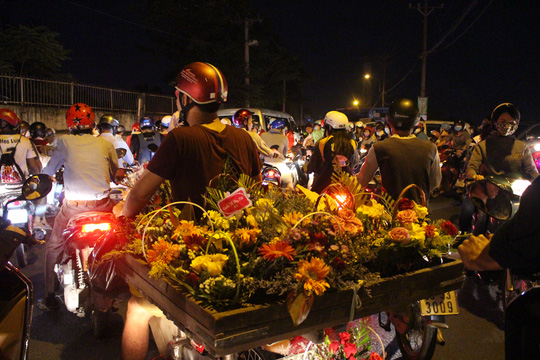 Một người bán hoa bất lực giữa đám kẹt xe.