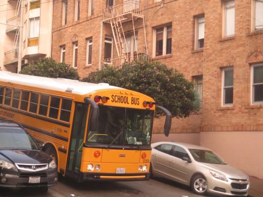 Chiếc School Bus đang dừng đèn đỏ mà tưởng như đang lao dốc vì mất thắng!