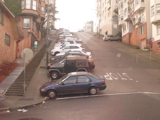 Cảm giác chỉ cần đụng nhẹ vào chiếc xe trên dốc, hàng loạt xe sẽ rơi như đồ chơi. Ảnh: P.Nhi