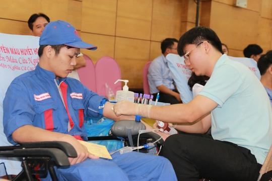 Động viên người lao động hiến máu tình nguyện - Ảnh 1.