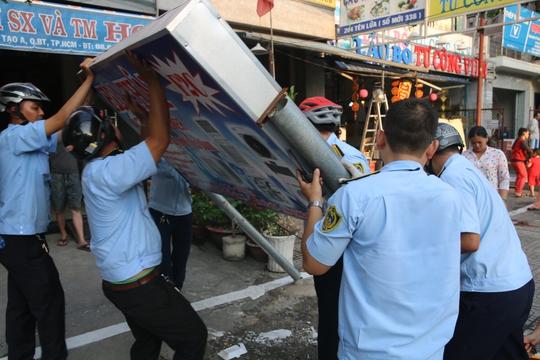 Đội Quản lý trật tự đô thị quận Bình Tân xử lý một trường hợp vi phạm, lấn chiếm vỉa hè trên đường Tên Lửa