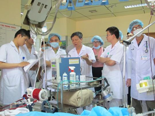 Tai biến chạy thận 8 người chết: Đình chỉ giám đốc bệnh viện Hoà Bình - Ảnh 2.