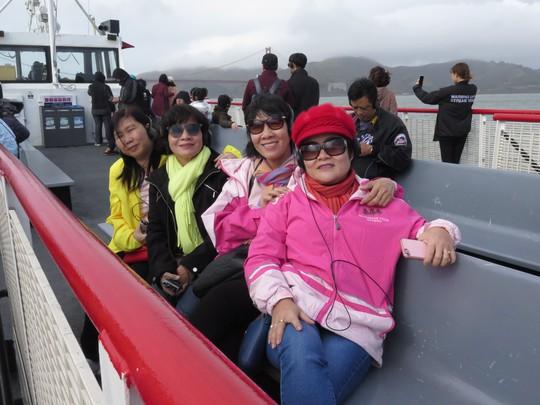 Tai đeo headphone, du khách Việt thích thú nghe giới thiệu về cảnh đẹp xung quanh.