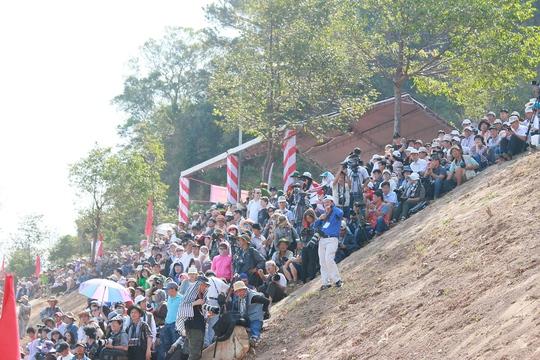 Hàng ngàn người dân đội nắng xem voi tranh tài