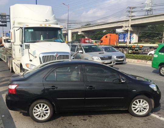 Ô tô con bị đẩy về phía trước nhiều mét rồi nằm xoay ngang đường sau cú tông