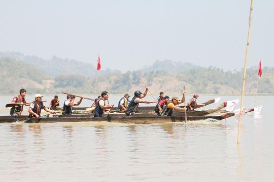 20 thuyền độc mộc với gần 100 vận động viên tham gia tranh tài