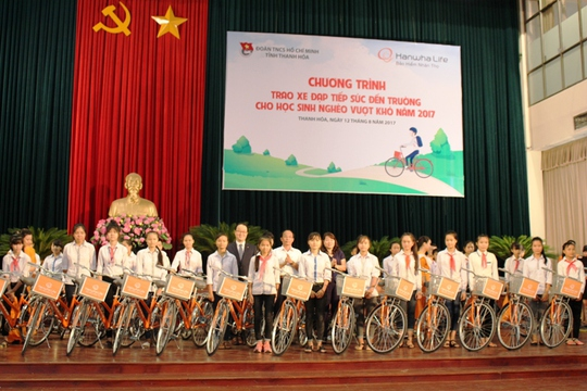 Trao 145 xe đạp cho học sinh nghèo hiếu học - Ảnh 2.