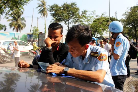 Tại khu vực đường Tôn Đức Thắng, nhiều tài xế vẫn cố tình đậu xe trên vỉa hè. Đoàn kiểm tra tiến hành lập biên bản xử lý vi phạm.