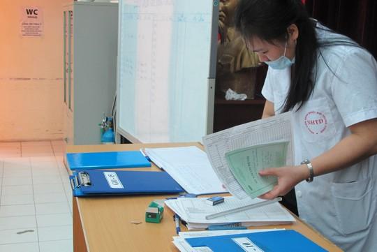 Quá tải, hội trường thành phòng bệnh điều trị sốt xuất huyết - Ảnh 15.