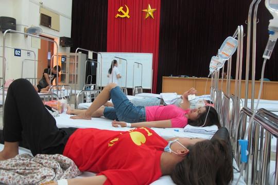 Quá tải, hội trường thành phòng bệnh điều trị sốt xuất huyết - Ảnh 1.