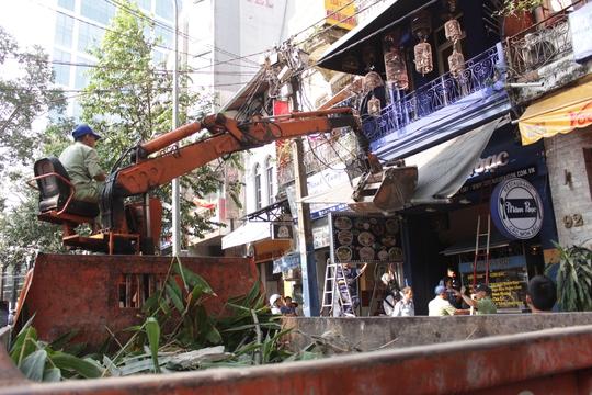 Đoàn liên ngành phá dỡ mái che, mành cửa trên đường Hồ Tùng Mậu.