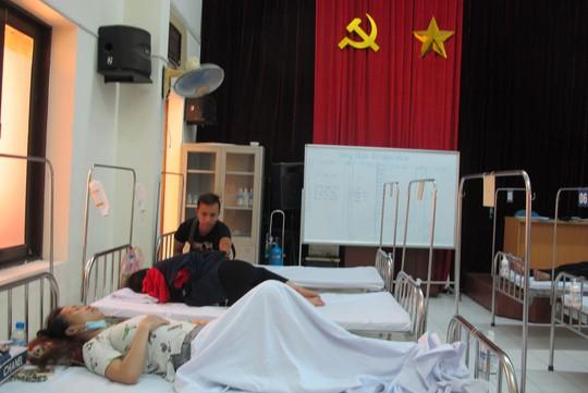 Quá tải, hội trường thành phòng bệnh điều trị sốt xuất huyết - Ảnh 5.