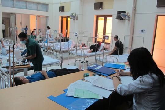 Quá tải, hội trường thành phòng bệnh điều trị sốt xuất huyết - Ảnh 7.
