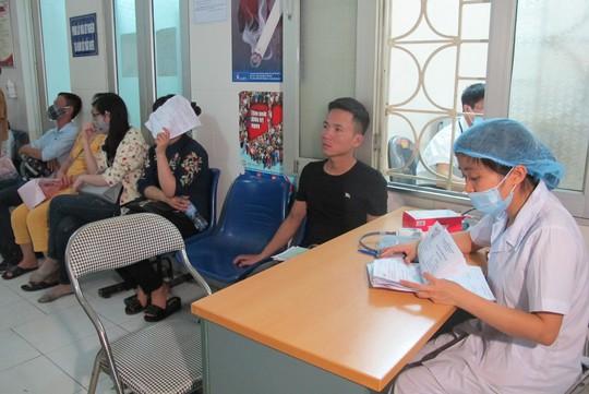 Quá tải, hội trường thành phòng bệnh điều trị sốt xuất huyết - Ảnh 16.