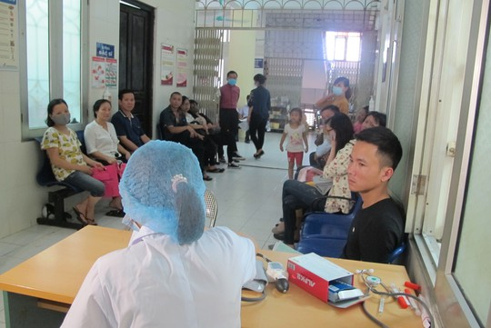 Quá tải, hội trường thành phòng bệnh điều trị sốt xuất huyết - Ảnh 17.