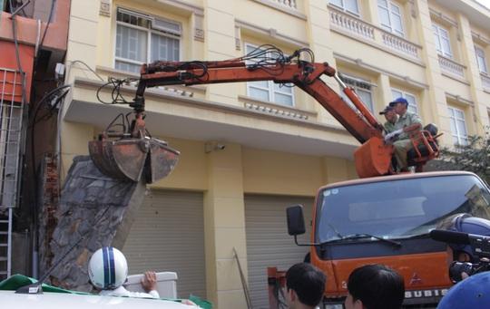 Ông Hải chỉ đạo dỡ bức tường trước khách sạn Hải Vân.