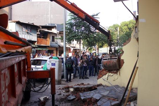 Trên đường Huỳnh Thúc Kháng, bức tường của một khách sạn sang trọng chìa ra ngoài, chủ khách sạn không cung cấp được giấy chủ quyền. Ông Hải chỉ đạo đập bỏ ngay lập tức.