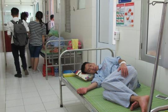 Quá tải, hội trường thành phòng bệnh điều trị sốt xuất huyết - Ảnh 12.