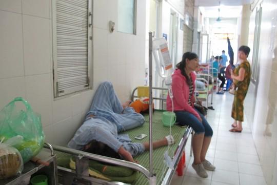 Quá tải, hội trường thành phòng bệnh điều trị sốt xuất huyết - Ảnh 10.