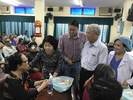 Đại diện Hội Bảo trợ Bệnh nhân nghèo TPHCM và nhà tài trợ thăm hỏi sức khỏe bệnh nhân sau khi được mổ mắt