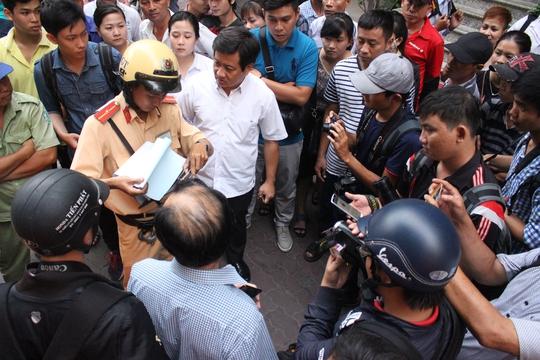 Ông Hải tiến hành bàn giao việc giữ trật tự vỉa hè, lòng lề đường cho phường Bến Thành.