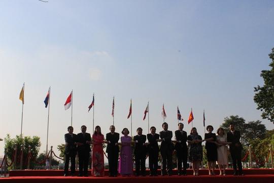 TP HCM long trọng tổ chức lễ thượng cờ ASEAN - Ảnh 4.