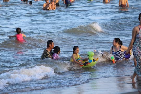 Biển Nha Trang thu hút hàng chục ngàn du khách mỗi ngày