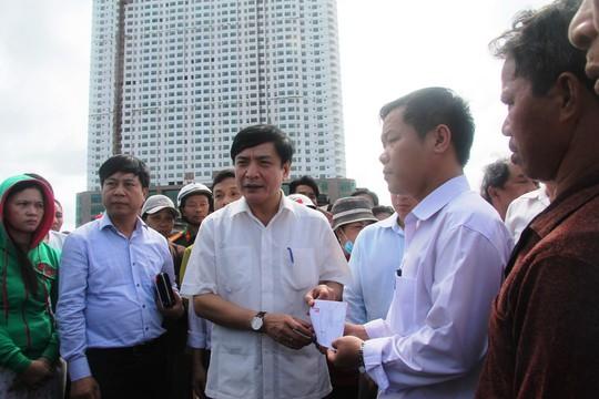 Ông Bùi Văn Cường, Chủ tịch Tổng LĐLĐ Việt Nam thăm hỏi các gia đình bị hỏa hoạn