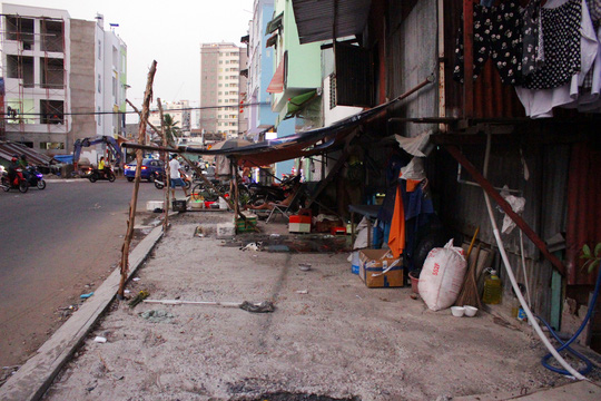 Cách đây khoảng 3 tháng, con đường Phan Văn Hân (quận Bình Thạnh, TP HCM) được cải tạo, nâng nền cao khoảng 1m so với nền đường cũ. Người dân chưa kịp vui mừng vì có đường đẹp lại lo lắng vì nhà bị biến thành hầm.