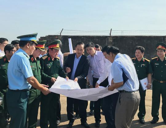 Thượng tướng Trần Đơn, Thứ trưởng Bộ Quốc phòng, cùng Thứ trưởng Bộ GTVT khảo sát khu vực đất sẽ bàn giao