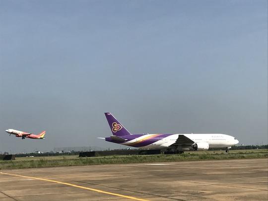 Sân bay Tân Sơn Nhất hiện đang quá tải nghiêm trọng nên giải pháp trước mắt là phải mở rộng để xây dựng đường lăn, sân đỗ
