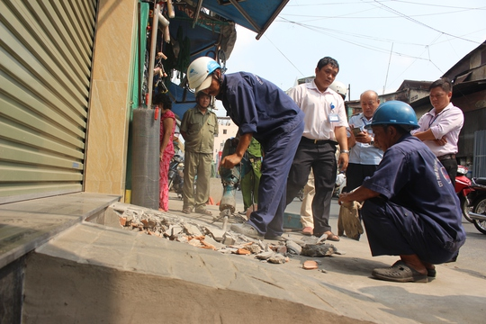 Đoàn liên ngành đập bỏ, tháo dỡ các bậc tam cấp xây dựng lấn chiếm vỉa hè.