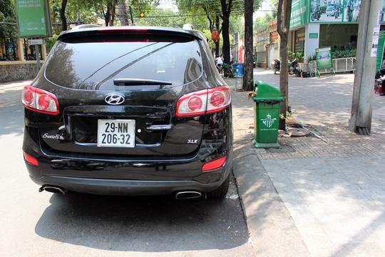 Một chiếc xe biển số nước ngoài bị xử phạt.