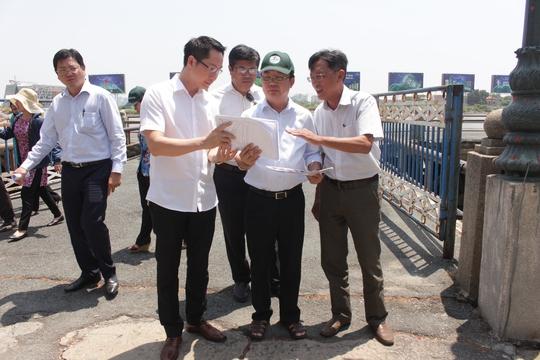 Đoàn khảo sát xem xét đề án xây dựng công viên Bạch Đằng thành Phố hàng rong.