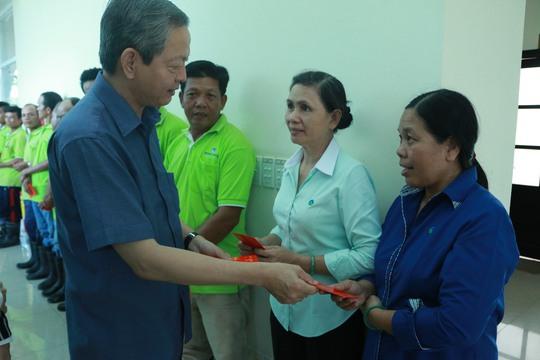 Ông Lê Văn Khoa thăm hỏi và chúc tết người lao động tại Khu liên hiệp xử lý rác thải Đa Phước