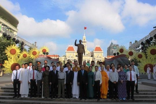 Ông Lê Thanh Hải cùng lãnh đạo TP HCM dâng hương Bác Hồ - Ảnh 3.