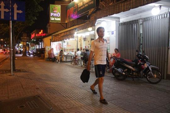 Người dân đã thoải mái đi bộ trên vỉa hè của đại lộ Phạm Văn Đồng (Ảnh chụp lúc 19 giờ ngày 15-3).