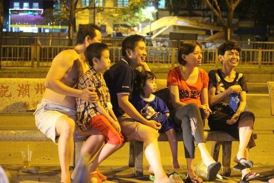 Ghế đá của trạm xe buýt gần đó cũng trở thành sân khấu của người dân