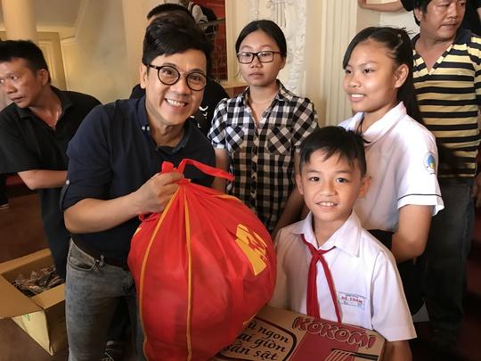 NSƯT Thành Lộc trao quà và học bổng cho con em nghệ sĩ nghèo hiếu học