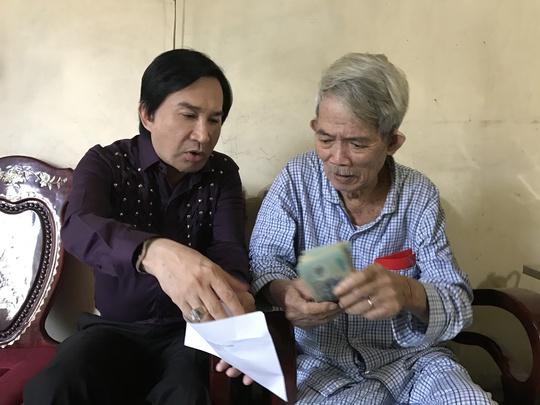 NSND đạo diễn Huỳnh Nga nhận số tiền từ tay NSƯT Kim Tử Long