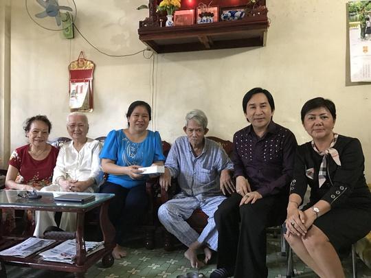 Các khán giả yêu mến tác phẩm sân khấu của đạo diễn Huỳnh Nga đã tìm đến nhà để trao tặng quà mừng ông được Bí thư Thành ủy tặng nhà mới