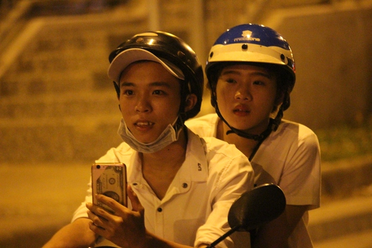 Hai bạn trẻ thích thú khi lần đầu tiên chứng kiến một lễ hội truyền thống ở thành phố