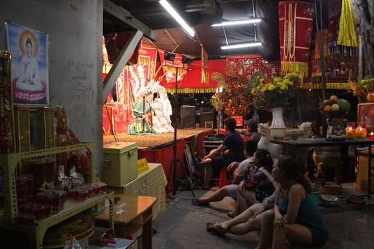 Lễ Kỳ Yên là truyền thống lâu đời tại khu vực này thường diễn ra vào 3 ngày 18, 19, 20 tháng 2 âm lịch. Tuy nhiên, năm nay người dân ở miếu 5 Bà trên đường Võ Văn Kiệt (phường 1, quận 6, TP HCM) tổ chức lễ kéo dài thêm 1 ngày.